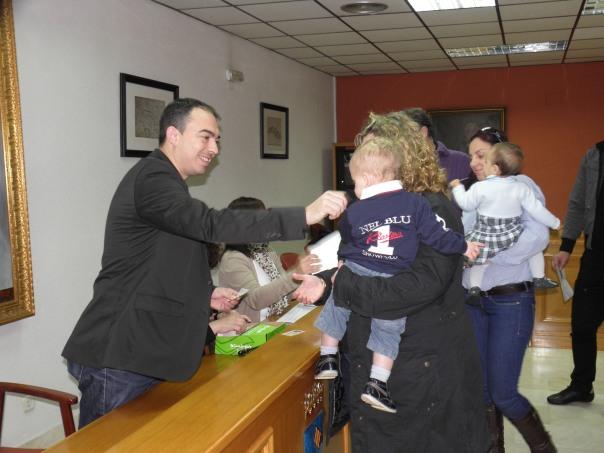 Pizana hace entrega del Bonoguardería en el salón de Plenos del Ayuntamiento de Torrevieja